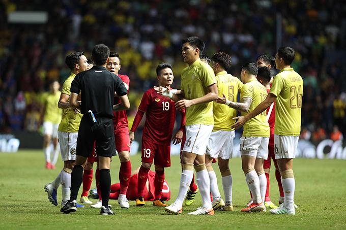 Cầu thủ Việt Nam và Thái Lan tranh cãi trong trận đấu tại Kings Cup 2019 hồi tháng 6. Ảnh: Đức Đồng.