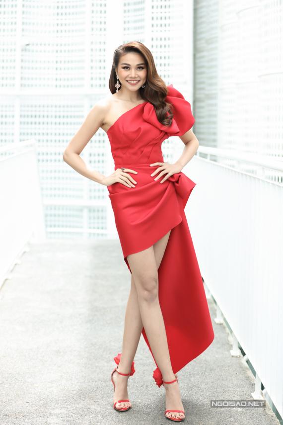 Thanh Hằng thu hút sự chú ý với phong cách gợi cảm, đồng điệu từ váy đến phụ kiện.
