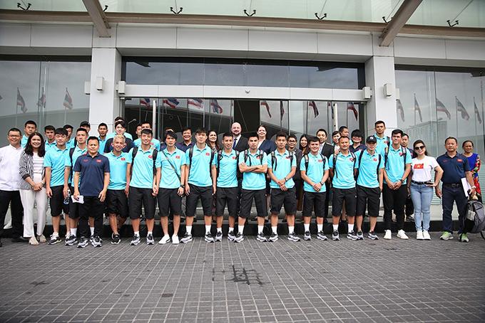 Sáng 6/9, tuyển Việt Nam làm thủ tục check-out khách sạn để ra sân bay Bangkok về nước. Trước khi lên đường, các thành viên đội tuyển chụp ảnh lưu niệm cùng người hâm mộ và nhân viên khách sạn trước khi lên đường.