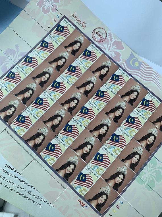 Bức ảnh Phương Khánh đội vương miện Miss Earth 2018 được chọn làm hình ảnh in tem. Trên trang cá nhân, cô bày tỏ niềm tự hào và hạnh phúc khi nhận được những con tem in hình chính mình.