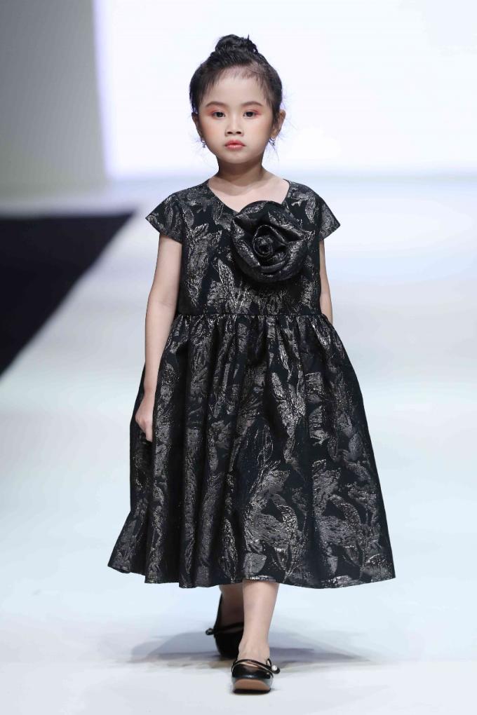 Kinh nghiệm từ Shanghai Fashion Week và các lần trình diễn tại Vietnam Junior Fashion Week mùa 7, mùa 8 giúp Quỳnh Anh tự tin biến hoá trong nhiều phong cách, trang phục và lối trình diễn khác nhau.