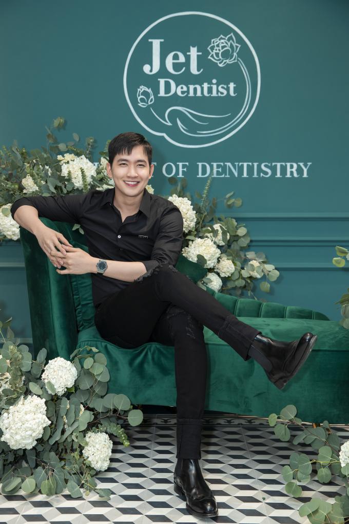 Siêu mẫu Võ Cảnh xuất hiện với nụ cười tươi tắn, trẻ trung. Người mẫu chia sẻ,Jet Dentist giúp anh thêm tự tin mỗi khi cười.