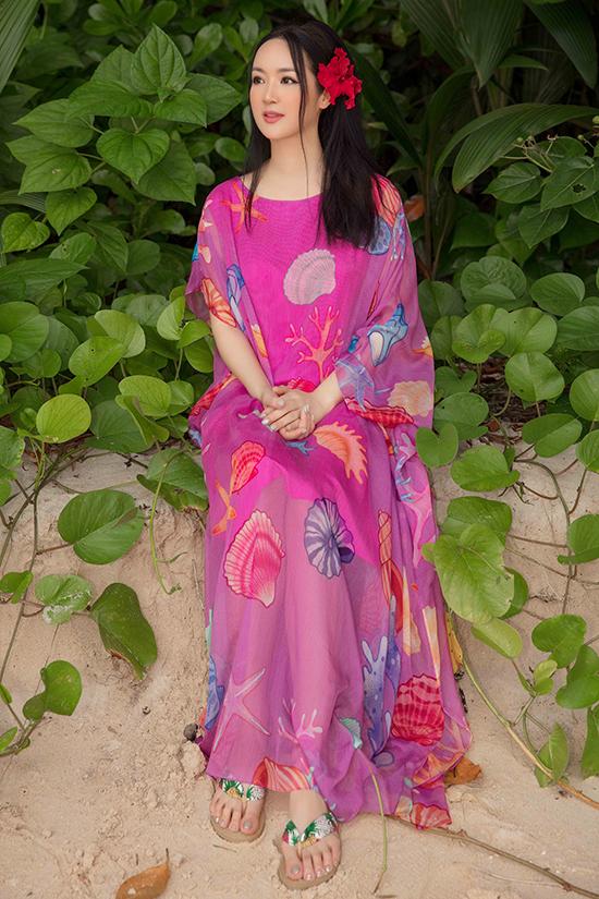 Những mẫu váy suông không kén dáng được hoa hậu chọn lựa để khoe nét mảnh mai và tạo nên sự hài hoà với vùng biển thần tiên giữa Thái Bình Dương.