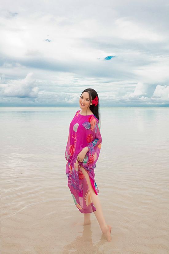 Trong chuyến du lịch tại đảo quốc Palau, hoa hậu Giáng My đã chọn trang phục của Vũ Ngọc & Son để thực hiện bộ ảnh lưu niệm.