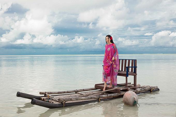 Các mẫu váy maxi thiết kế bằng vải lụa và được in hoạ tiết động vật biển với những sắc màu tươi sáng.