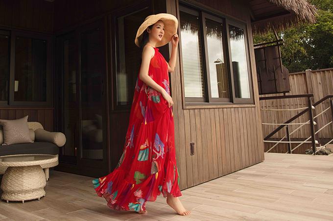 Trang phục tôn nét dịu dàng và phù hợp với các kỳ nghỉ dưỡng được biến tấu ấn tượng từ kiểu lệch vai, đầm cổ yếm, váy cổ thuyền...
