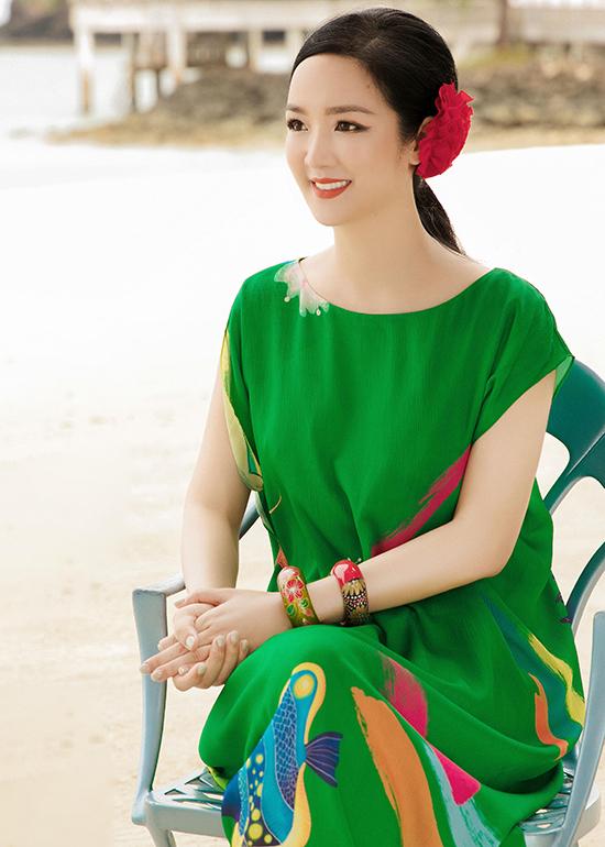 Khi đi nghỉ dưỡng, Hoa hậu Đền Hùng không sử dụng quá nhiều phụ kiện để giúp bản thân có được sự nhẹ nhàng và thoải mái. Tuy nhiên, một vài kiểu vòng hoạ tiết hài hoà với trang phục vẫn được chọn lựa để tạo điểm nhấn cho tổng thể.