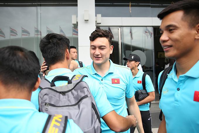 Thủ môn Văn Lâm ở lại Bangkok để tiếp tục thi đấu cho CLB Muangthong United. Anh tới bắt tay, ôm tạm biệt đồng đội.