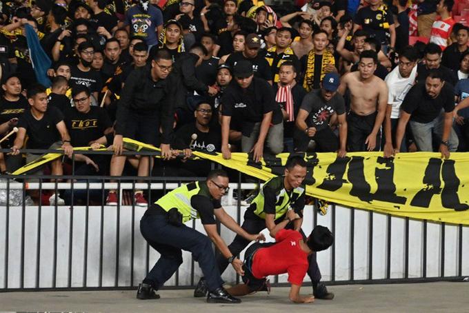 Một CĐV Indonesia bị an ninh bắt giữ khi cố tình đến khiêu chiến.
