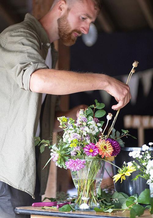 Do mảnh đất có thành phần chủ yếu là đất sét nên cả hai phải mua phân trộn, phân bón, cát để cải thiện chất lượng đất, giúp hoa phát triển tốt. Cả hai tiết kiệm chi phí trồng hoa bằng cách mua đồ làm vườn cũ.Chúng tôi đọc nhiều sách cho người mới bắt đầu trồng hoa. Chúng tôi cũng tìm ra các cộng đồng yêu thích làm vườn trên mạng xã hội như #growwithzoe trên Instagram để học hỏi kinh nghiệm, uyên ương tiết lộ.