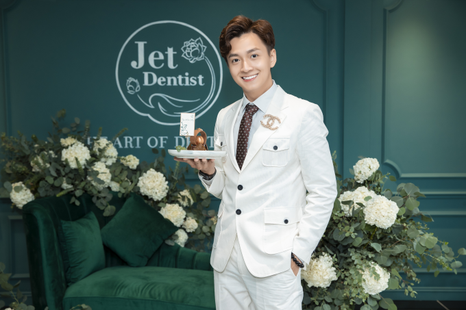 Chủ nhân MV Truyền thái y Ngô Kiến Huy đảm nhận vai trò MC dẫn dắt sự kiện. Nụ cười răng khểnh làm nên thương hiệu chàng Bắp là kết quả chăm sóc tại Nha khoa thẩm mỹ quốc tếJet Dentist.