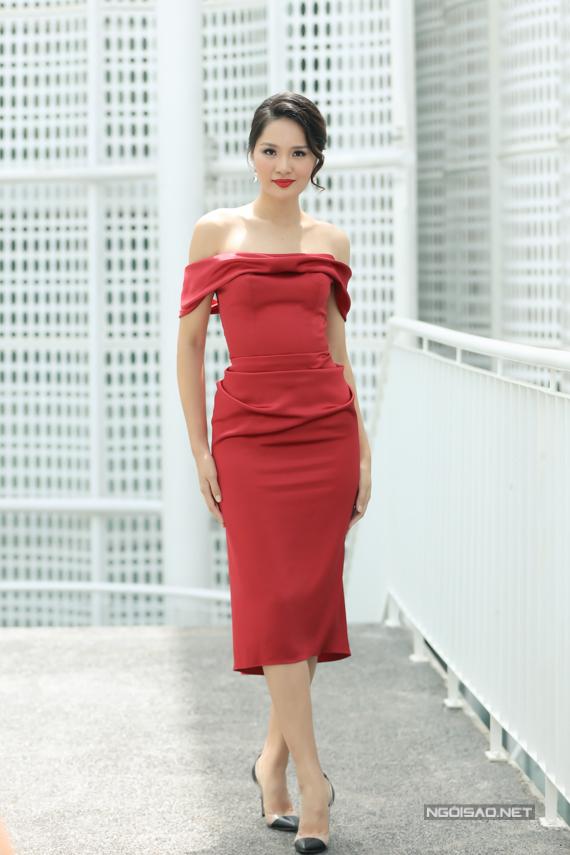 Hoa hậu Hương Giang khoe vai trần với thiết kế của Lê Thanh Hòa.