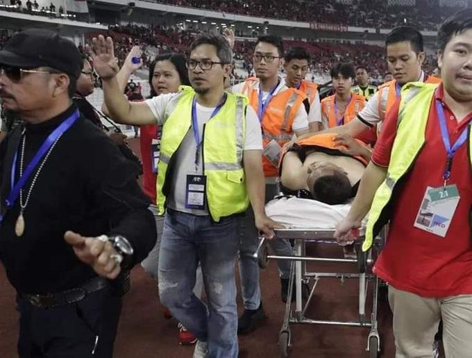 CĐV bị thương được đưa đi cấp cứu.