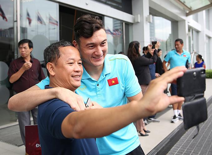 Văn Lâm chụp selfie cùng trợ lý ngôn ngữ Lê Huy Khoa.
