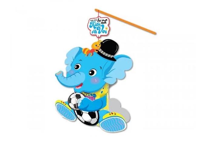 Lồng đèn cổ tích Kiến và voi với hình ảnh các nhân vật trong truyện ngụ ngôn cùng tên. Sản phẩm có giá 25.000 đồng. Đèn có các chi tiết nhỏ (đèn led, dây treo) nên đối với những bé nhỏ, cha mẹ cần chơi chung với bé để tránh các trường hợp đáng tiếc xảy ra.
