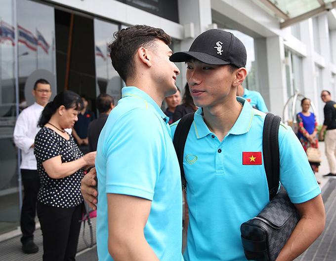 Anh trò chuyện với Văn Hậu trước khi chia tay. Hậu vệ CLB Hà Nội sẽ trở về Việt Nam để làm thủ tục sang Hà Lan thi đấu cho CLB Heerenveen.