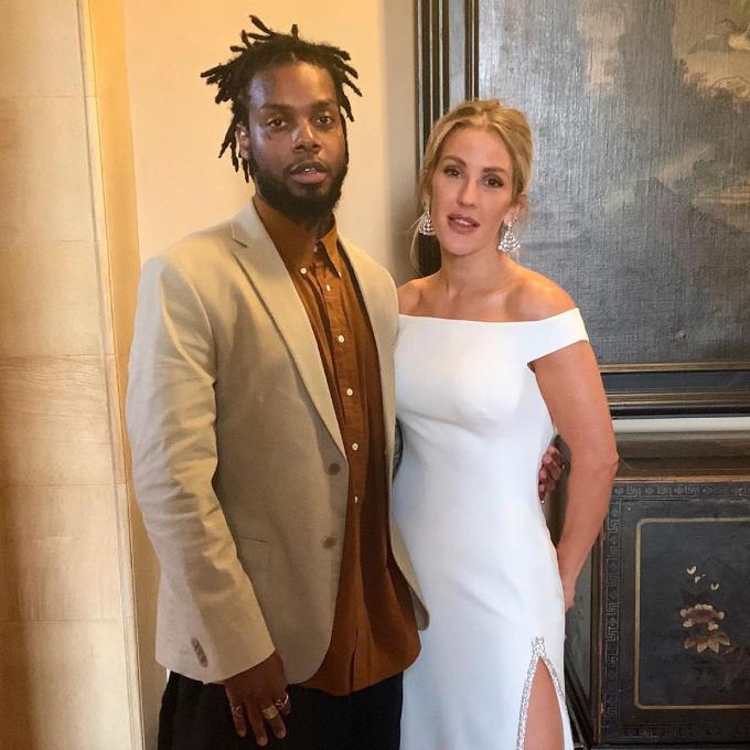 Cô dâu thay váy thứ 2 mang phong cách tối giảnđến từ Stella McCartney để đón tiếp khách khứa ở tiệc cưới. Mẫu đầm xẻ đùi đính đá lấp lánhgiúp cô dâu cảm thấy dễ chịu khi thực hiện điệu nhảy đầu tiên.