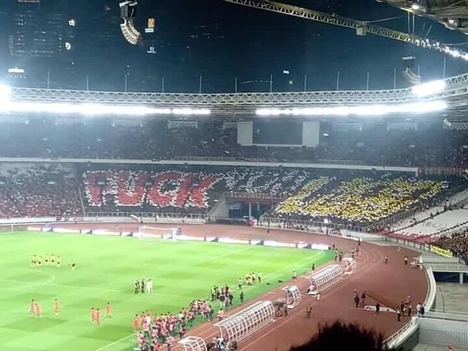 CĐV Indonesia xếp biểu ngữ lớn công kích đội tuyển Malaysia trước trận đấu hôm 5/9.