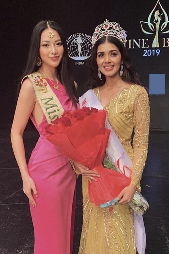 Trước Malaysia, Phương Khánh tất bật đến nhiều quốc gia khác để tìm kiếm thí sinh dự thi Miss Eath. Trong ảnh, cô trao vương miện cho tân hoa hậu Ấn Độ vào đầu tháng 9.