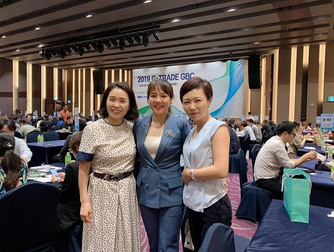 Bà Xoan (giữa) cùng các đại diện công ty khác tại sự kiện.