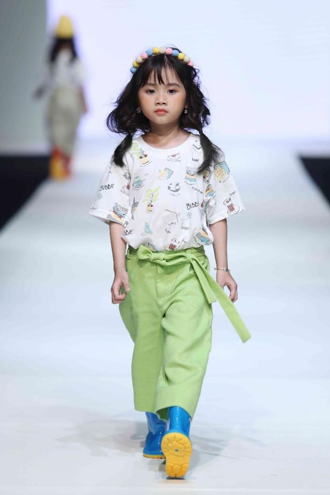 Được Xuân Lan phát hiện tại Shanghai Fashion Week và xuất hiện lần đầu tại mùa thứ 7 của Vietnam Junior Fashion Week Thu Đông 2018, Quỳnh Anh liên tiếp tạo dấu ấn và được ví như viên kẹo ngọt ngào của làng mốt nhí Việt bởi vẻ đẹp trong trẻo, đáng yêu của mình.