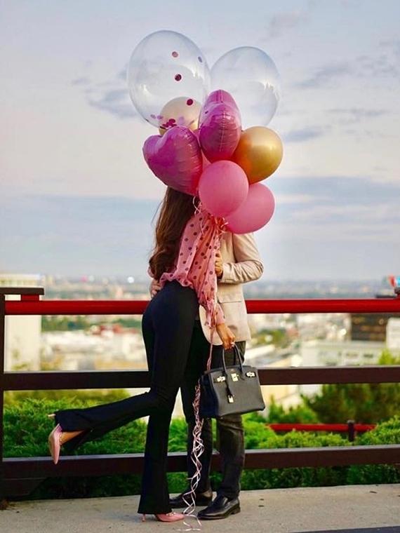 Chia sẻ tin tin vui được cầu hôn, Phạm Hương vẫn giấu kín hình ảnh và danh tính người đàn ông của mình. Dịp gần nhất trong ngày sinh nhật, cô đăng ảnh hôn đối phương nhưng che khéo gương mặt qua bong bóng. Cám ơn anh đã chia sẻ từng khoảnh khắc trong cuộc sống với em. Yêu anh, cô viết những lời ngọt ngào.
