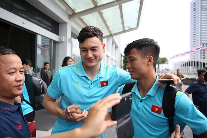 Thủ thành Việt kiều bắt tay tiễn trung vệ Bùi Tiến Dũng ra xe.