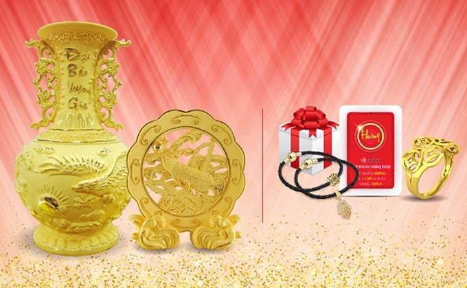 Với ưu đãi Mua Trang sức Vàng tặng quà vàng, ngoài quà tặng một chỉ vàng 999.9, khi mua Trang sức vàng 24K, khách hàng nhận ngay nhiều quà hấp dẫn: lá Bồ Đề may mắn, Charm vàng may mắn, hộp quà trang sức, quà tặng Mỹ nghệ Kim Bảo Phúc, thẻ bình an, trâm cài áo