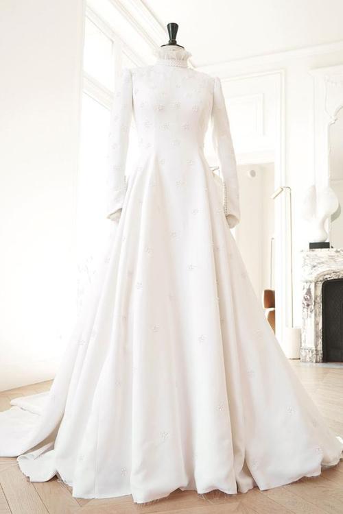 Bộ váy đầu tiên mà Ellie Goulding diện đến từ giám đốc sáng tạo của thương hiệu Chloé Natacha Ramsay-Levi. Mẫu đầm được thiết kế dựa trên ý tưởng của cô dâu về váy cưới cổ điển, mang vẻ đẹp vượt thời gian và đậm tinh thần thời trang của Chloé.