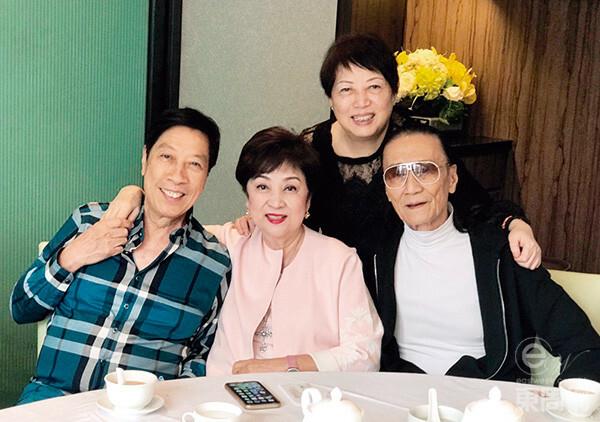 Ông Tạ Hiền và vợ cũ (giữa).