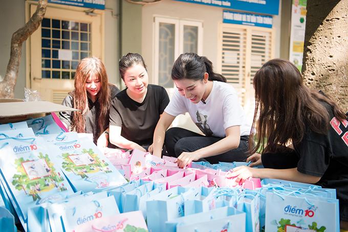 Giữa thời điểm những bàn tán vẫn ồn ào trên mạng, chiều 5/9, Huyền My cùng bố mẹ và các fan đến thăm hỏi và trao quà từ thiện tại Bệnh viện Nhi Trung ương (Hà Nội).