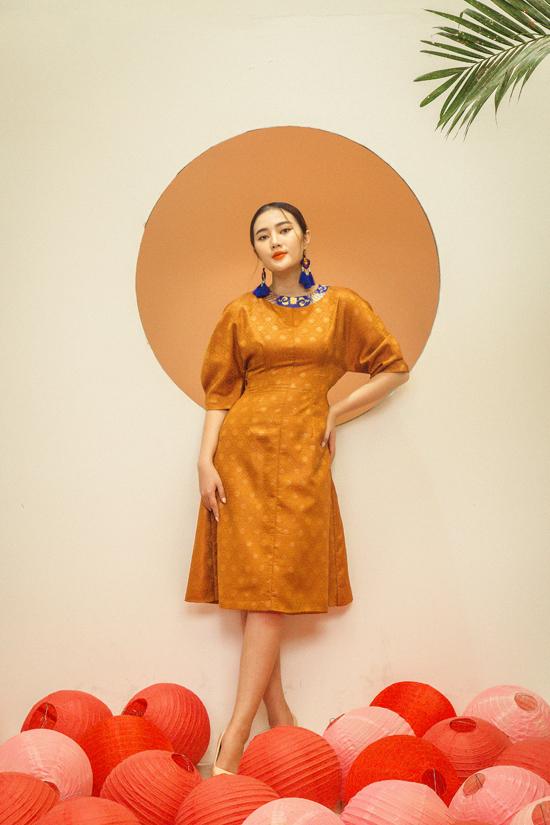 Họa tiết gốm sứ lục bình được xử lý một cách khéo léo để tạo nên điểm nhấn cho mẫu váy theo phong cách retro.