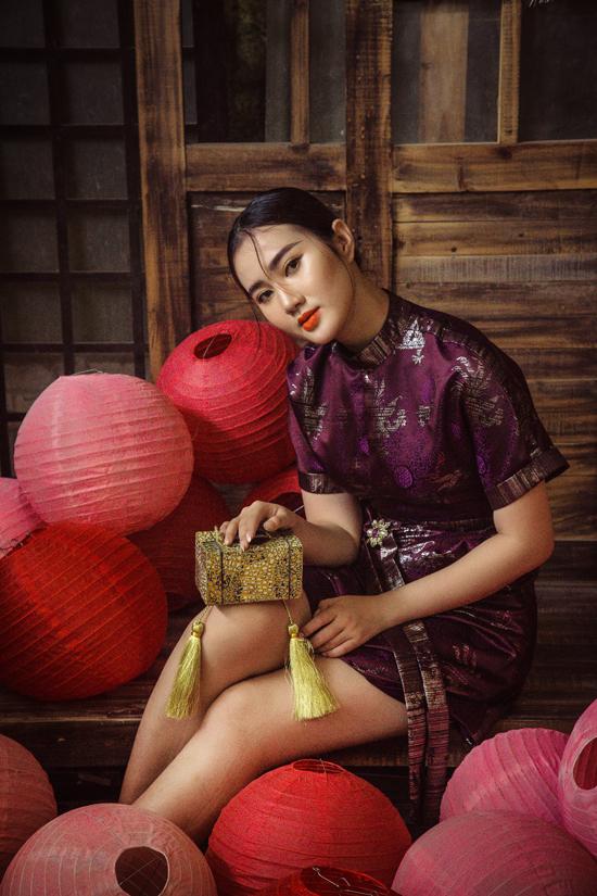 Vải gấm với nhiều tông màu nổi bật như đỏ, xanh, vàng, tím được dùng để mang tới các kiểu váy tạo nên sự nổi bật cho phái đẹp khi đi tiệc.