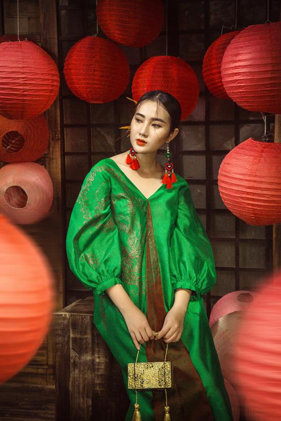 Trên nền chất liệu mang đặc trưng của vẻ đẹp sang trọng, nhà mốt Việt dùng họa tiết thêu thủ công để tô điểm cho trang phục.