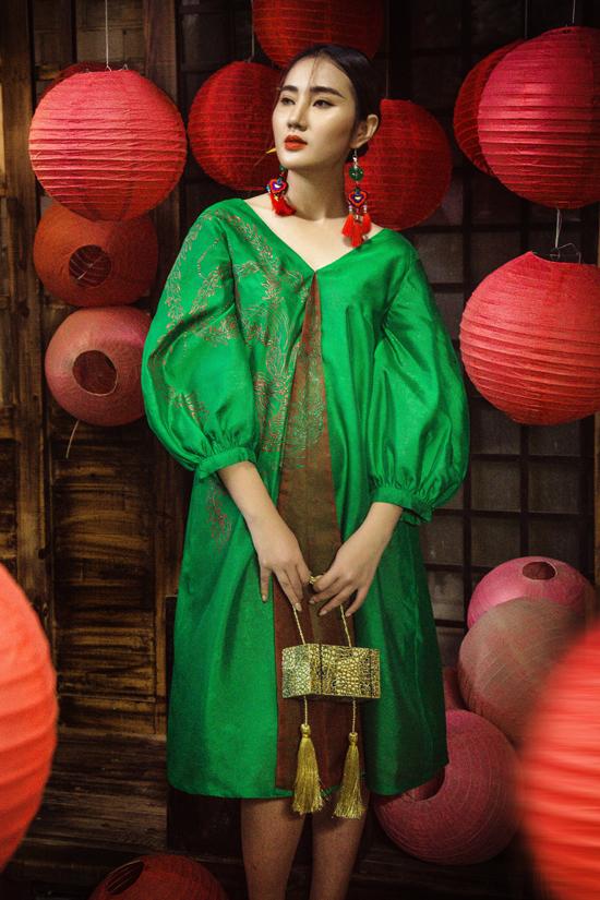 Bộ sưu tập còn giới thiệu những dáng đầm cổ điển, phom suông, tay phồng được ưa chuộng ở xu hướng thời trang 2019.