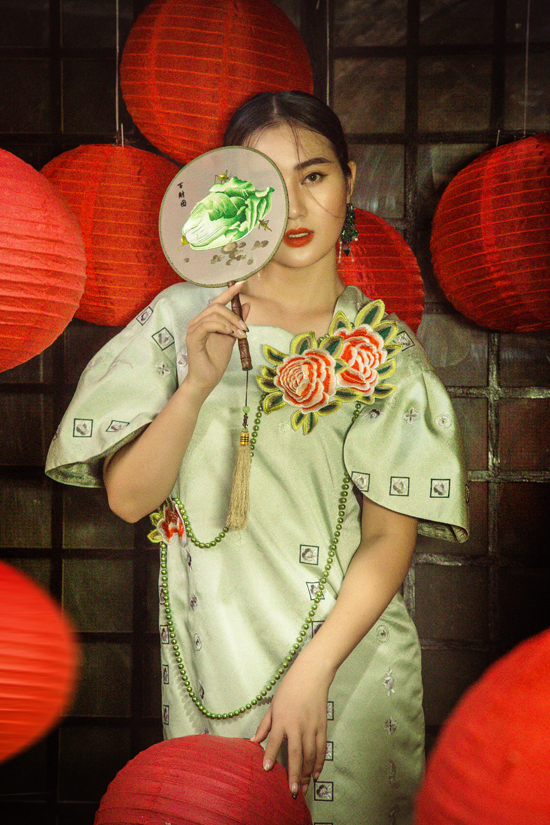 Bên cạnh những mẫu đầm tiện dụng khi đi tiệc, nhà thiết kế còn mang tới các mẫu váy trang trí cầu kỳ về mặt họa tiết.