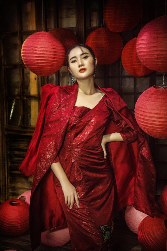 Set đồ khiến phái đẹp trở nên nổi bật trong các buổi tiệc tối bởi chất liệu vải gấm đỏ. Áo khoác dáng dài đúng tinh thần thu đông mix cùng đầy tay bồng.
