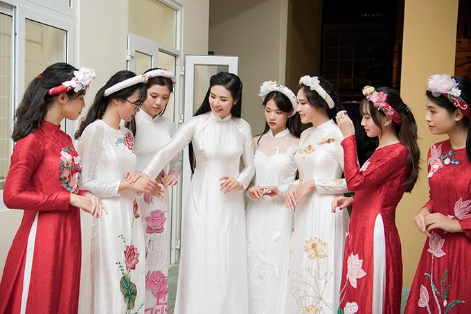 Trong sự kiện này, Ngọc Hân giới thiệu bộ sưu tập áo dài Linh Sen cho chính cô thiết kế. Cách đây hơn 10 năm, Ngọc Hân từng tham gia cuộc thi Học sinh thanh lịch của trường và trổ tài thiết kế trang phục bằng giấy. Lần trở về này, cô đã là một nhà thiết kế thời trang có tiếng và tạo dựng được thương hiệu áo dài nổi tiếng.
