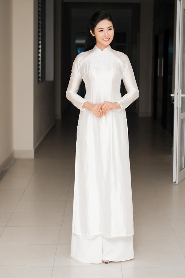 Hoa hậu Việt Nam 2010 Ngọc Hân mặc áo dài trắng do mình thiết kế khi tham dự buổi tuyên dương học sinh giỏi của THPT Trần Nhân Tông, nơi cô từng theo học.