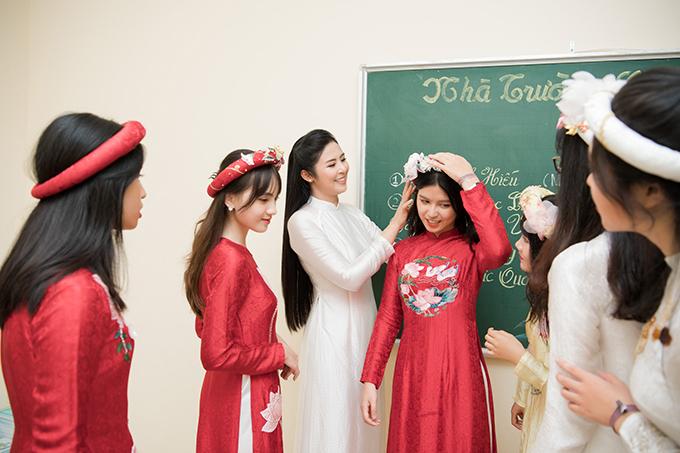 Tại hậu trường, Ngọc Hân chỉnh trang vẻ ngoài cho các em học sinh THPT trước khi trình diễn bộ sưu tập.