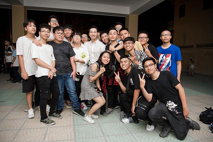 Học sinh của THPT Trần Nhân Tông rất hào hứng khi được gặp những anh, chị đồng môn là người nổi tiếng.