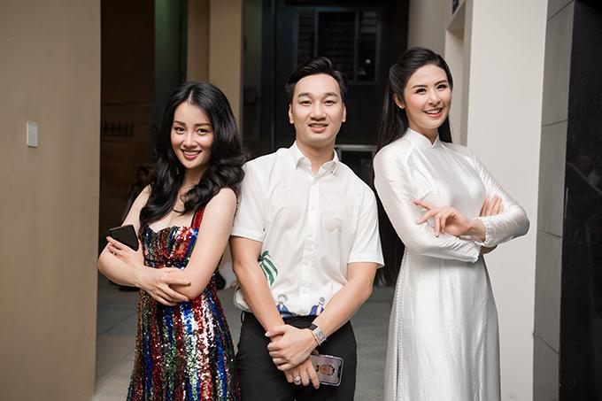 MC Quỳnh Chi và MC Thành Trung cũng là cựu học sinh của THPT Trần Nhân Tông. Các nghệ sĩ hào hứng khi gặp lại nhau trong sự kiện của trường cũ.