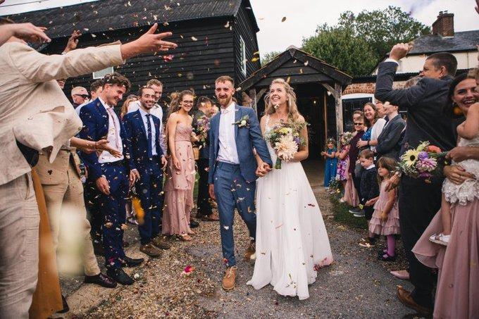 Uyên ương nhận được sự trợ giúp của nhiều bạn bè để bày biện, sắp xếp hoa cưới. Sau hôn lễ, cả 2 nhận lời chuẩn bị hoa cho đám cưới của bạn thân diễn ra sau 3 tuần.