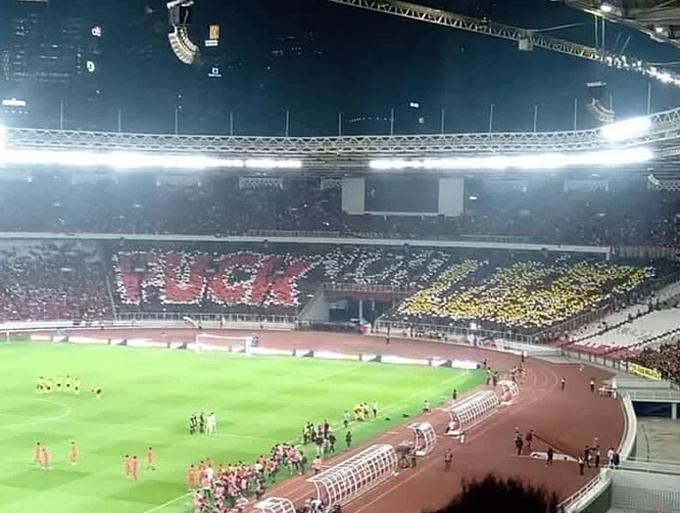 Trước khi trận đấu bắt đầu, hàng nghìn CĐV chủ nhà xếp biểu ngữ có lời lẽ thô tục công kích đội tuyển quốc gia Malaysia. Điều này khiến khán giả Malaysia bất bình, dẫn đến lời qua tiếng lại cả trận và đỉnh điểm là vụ ẩu đả ở phút 75.