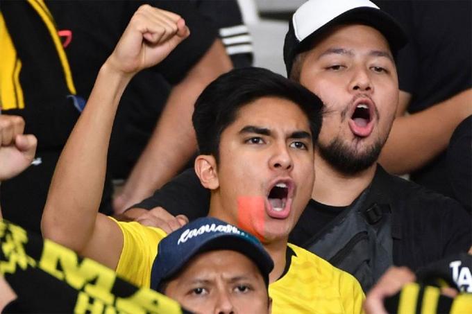 Một số CĐVIndonesia muốn xâm nhập vàokhu vực của fan Malaysia và trận đấu phải tạm dừng, Bộ trưởng Thanh niên và Thể thao Syed Saddiq Syed Abdul Rahman của Malaysia nói về nguyên nhân vụ bạo loạn trên Twitter. Điều này thật đáng buồn, vì bóng đá là thông điệp của sựđoàn kết. Tôi hứa sẽ đòi lại công lý cho người Malaysia, ông nói.