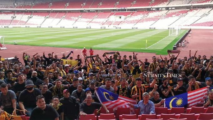 Nhóm CĐV đội khách vào sân rất sớm để tránh va chạm với fan chủ nhà. Họ được bố trí ở góc sân và cách ly với khán đài khác.