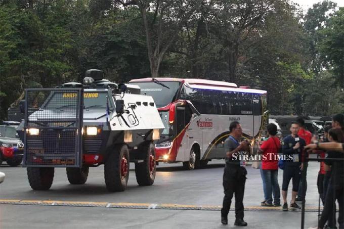 Xe bọc thép được huy động dẫn xe bus chở hai đội. Sau trận, các cầu thủ và ban huấn luyện đội khách Malaysia cũng phải rời sân bằng xe bọc thép để tránh những va chạm với đám đông CĐV Indonesia.