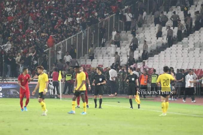 Va chạm xảy ra khi fan Indonesia ném vật thể lạ vào khu vực ngồi của CĐV đội khách ở phút 75 của trận đấu. Sau đó, nhiềufan quá khích chủ nhà xâm nhập khu vực khán đài của đội khách để ẩu đả. Nhiều CĐV Malaysia bị thương nặng, phải vào viện cấp cứu.