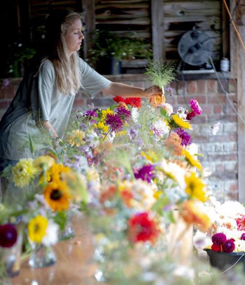 Đám cưới của cặp 9X diễn ra ở nông trại tại West Dean, West Sussex. Hoa trong vườn được sử dụng để làm bó hoa cầm tay cho cô dâu Aimee, 6 phù dâu; hoa cài áo cho chú rể Tyler, 3 phù rể; trang trí bàn tiệc; cổng cưới gỗ; hoa khô để tung trong lễ đường. Trong đó, khâu tốn thời gian nhất là ép cánh hoa khô.