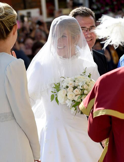 Bộ đầm tốn đến 640 giờ thực hiện. Voan cưới cũng có họa tiết hoa hồng được thêu thủ công.